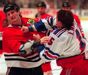 ▲ NHL 경기에서 흔히 볼 수 있는 주먹 다짐.