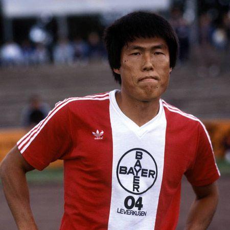 ▲ 차범근은 1983년부터 6시즌 동안 레버쿠젠에서 활약하며 통산 52골을 기록해 클럽 역사상 6번째로 많은 골을 기록한 선수로 남아있다. 사진의 차범근 선수는 레버쿠젠의 모기업인 바이에르의 로고가 선명히 새겨져 있는 셔츠를 입고 있다.