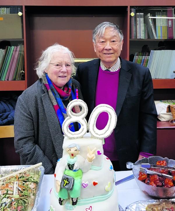 ▲김북경 목사님은 1978년 킹스톤에 영국 최초로 한인을 위한  '런던한인교회'를 세웠다. 사진은 지난해 런던한인교회에서 전교인과 함께 80세 산수를 맞아 신씨아 사모님과 함께 행복해 하시던 모습.
