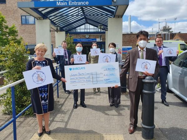 ▲박 대사는 재영한인회 주관 킹스톤 NHS종합병원 지원금 전달식에 마스크를 쓰고 5월 12일 참석했다. 사진 왼쪽 Sian Bates 병원장, 오른쪽 송천수 한인회장, 오른쪽 두 번째 박 대사.