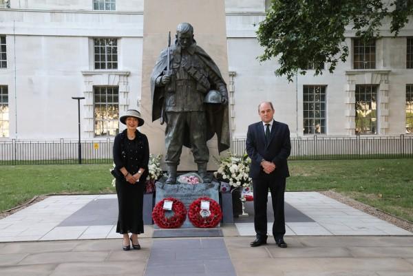 ▲ 박은하 주영한국대사(사진 왼쪽)와 벤 월리스 영국 국방장관은 지난달 25일 6.25전쟁 발발 70주년을 맞이하여 런던 템즈강변에 위치한 한국전 참전기념비(Korean War Memorial)를 찾아 헌화했다.