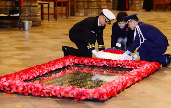 2013년 11월 영국을 국빈방문한 박근혜 전 대통령이 웨스트민스터 사원을 방문하여 무명용사묘에 헌화하고 있다. ⓒ 청와대사진기자단